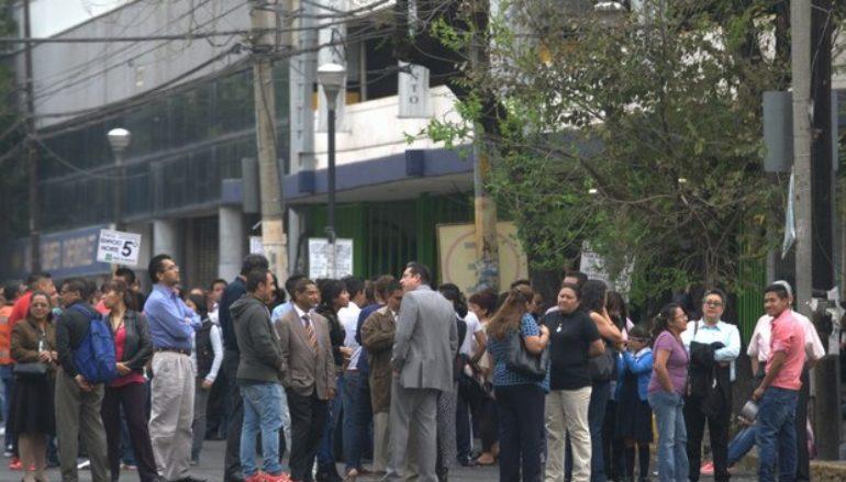 El movimiento provocó que los mexicanos saliera de casas y edificios. (AP).