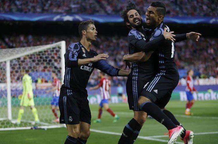 Isco -al centro- recibe el abrazo de Casemiro mientras observa Cristiano Ronaldo.