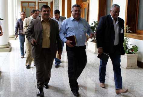 Un grupo de alcaldes   de  Santa Rosa salen de la reunión que sostuvieron con el presidente Otto Pérez Molina.