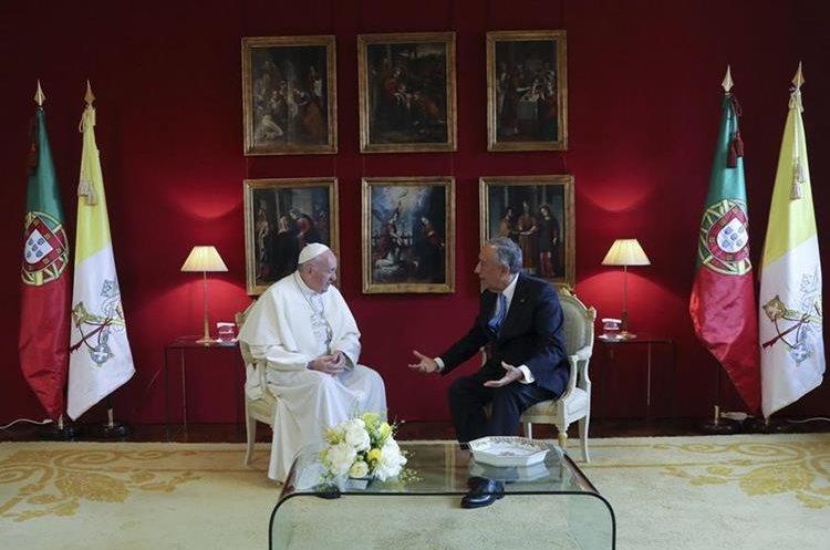Francisco llegó a Portugal para canonizar a pastores de Fátima