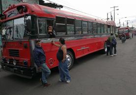 Pilotos de autobuses de las rutas 21 y 22, en Mixco, paralizaron el servicio, luego se fue restableciendo poco a poco. (Foto Prensa Libre: Estuardo Paredes)