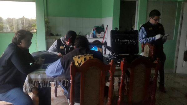 Agentes de seguridad localizaron evidencia de pornografía infantil en los equipos incautados. (Foto Prensa Libre:MP)