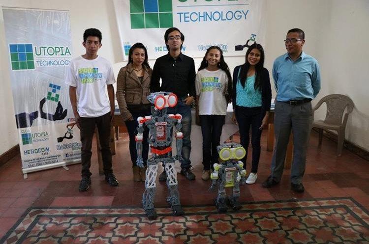 Gloria Recinos, niña inventora, junto a otros integrantes del club de tecnología en Xela. (Foto Prensa Libre: María Longo)