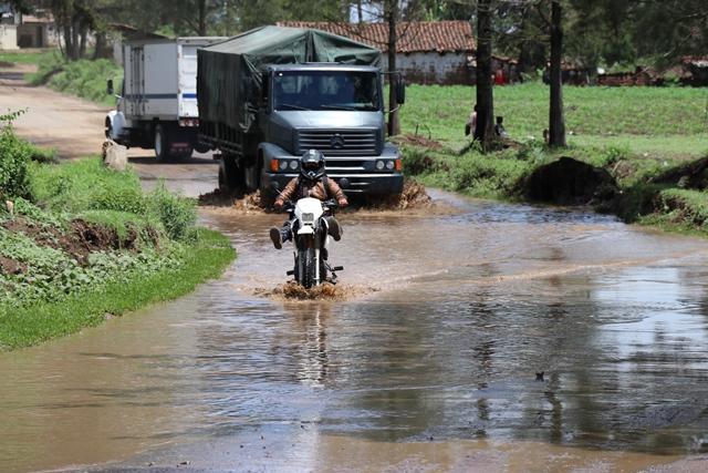 Motociclista levanta los pies para no mojarse en la carretera hacia San Antonio Ilotenango Quiché. (Foto Prensa Libre: Horacio Cordero)