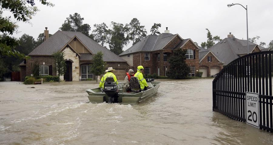 Botes de rescate voluntarios buscan a personas en Texas.