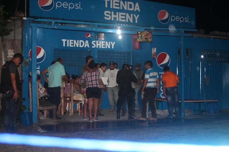 Agentes de la PNC resguardan escena del crimen en San Benito, Petén, donde murió un hombre. (Foto Prensa Libre: Rigoberto Escobar)