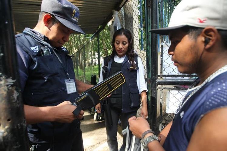 Dotan de nuevos equipos a agentes de seguridad del Hospital Roosevelt. (Foto Prensa Libre: Érick Ávila)