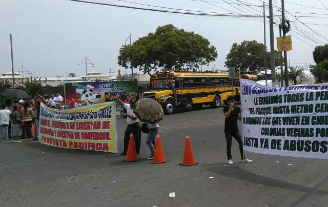 Los inconformes bloquearon el paso en la 3a. calle de la zona 1 de Villa Nueva. (Foto Prensa Libre: Erick Ávila)