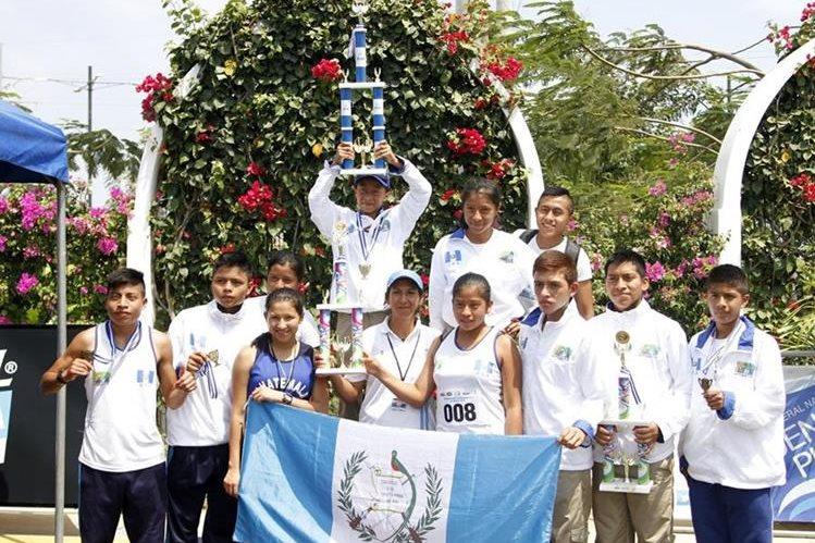 La alegría de la delegación nacional al conquistar el primer puesto del medallero general.(Foto Prensa Libre: Cortesía FedeAtletismo)