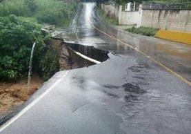 La fuerte lluvia provocó un socavamiento en la ruta de Acatán hacia Cristo Rey, Santa Catarina Pinula. (Foto Prensa Libre: PMT SCP)