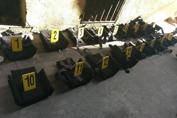 La Policía encontró 17 réplicas de chalecos antibalas en un operativo efectuado en Mixco. (Foto Prensa Libre: Ministerio Público).
