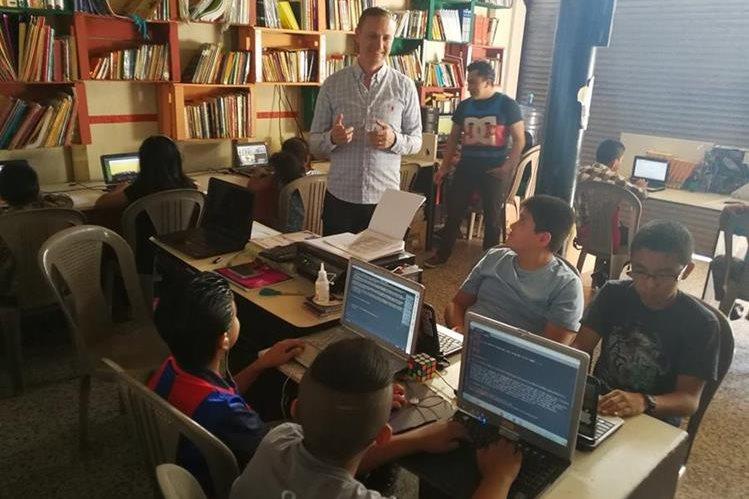 Timothy Martiny da instrucciones a algunos de los menores que llegan a aprender computación al laboratorio Cadaniño, que impulsa en la colonia Santa Fe, en la zona 13 de la capital. (Foto Prensa Libre: Óscar García)