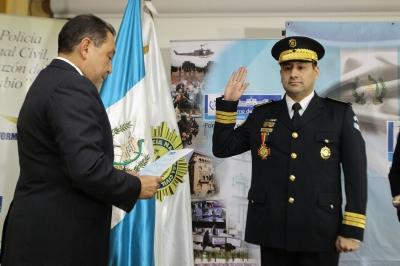 Asume nuevo director de la pnc for Ministro de la policia nacional