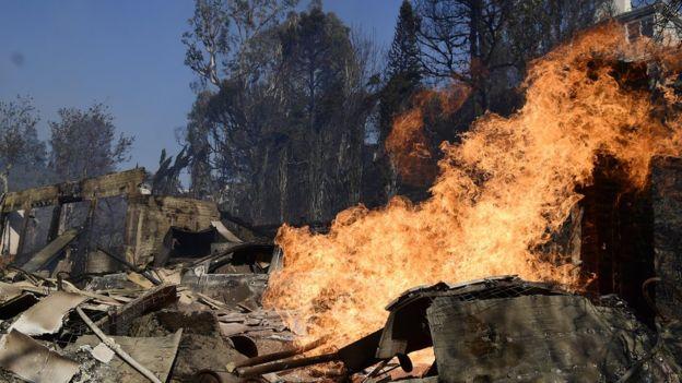 El alcalde de Los Ángeles, Eric Garcetti, declaró el estado local de emergencia por el incendio Skirball en Bel Air. EPA