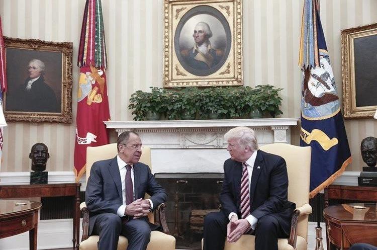 La polémica se origina en el encuentro de Trump -izquierda- con el canciller ruso, Serguei Lavrov. (Foto Prensa Libre: EFE)