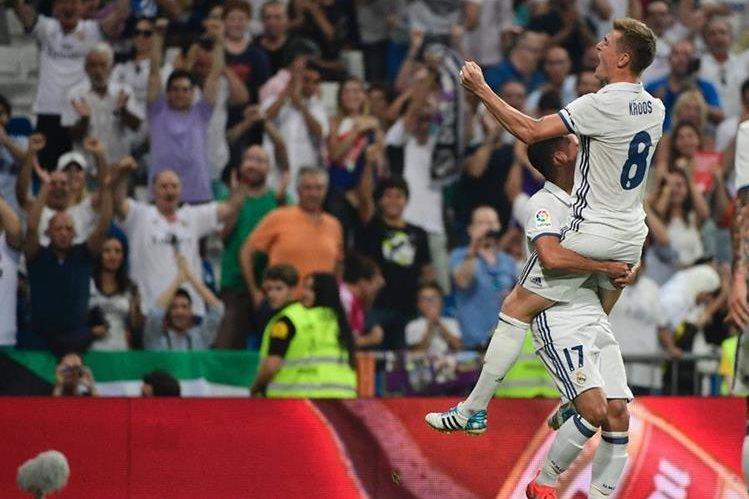 Kroos celebró con todo su anotación que le dio los tres puntos al Real Madrid. (Foto Prensa Libre: AFP)