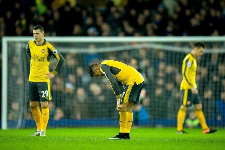 Los jugadores de Arsenal Alexis Sanchez, Granit Xhaka y Laurent Koscielny lamentan la derrota frente al Everton. (Foto Prensa Libre: EFE)