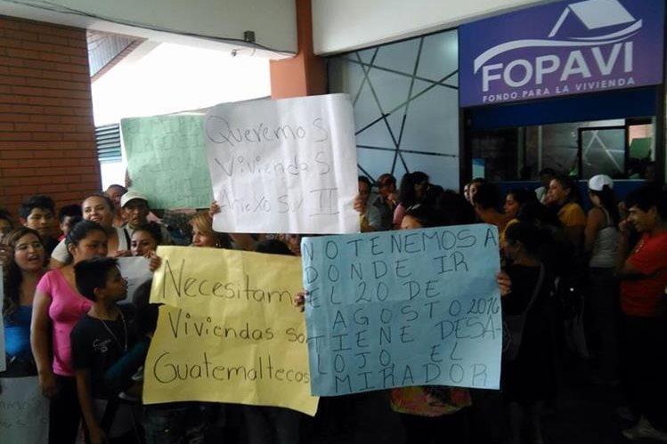 El grupo de inconformes protesta en las oficinas del Fopavi, en la zona 12. (Foto Prensa Libre: Estuardo Paredes)