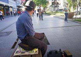 Los lustradores de zapatos deben cumplir con al menos 25 lustres al día para ganar unos Q75.(Foto Prensa Libre: José Patzán)
