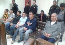 Secuestradores escuchan condenas impuestas por un juzgado en Santa Cruz del Quiché. (Foto Prensa Libre: Óscar Figueroa)