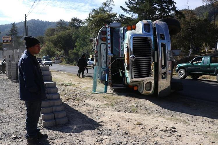 El bus extraurbano chocó y volcó en el puente Arroyo, en Huehuetenango. (Foto Prensa Libre: Mike Castillo)
