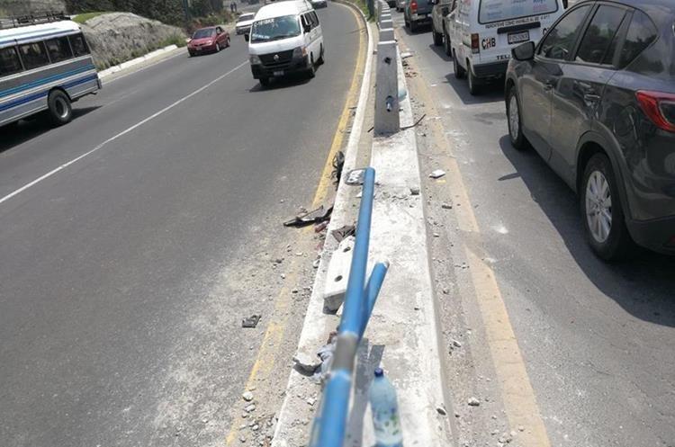 Las barandas del viaducto que se encuentra en el kilómetro 18.5 de la ruta Interamericana resultaron dañados. (Foto Prensa Libre: Esbin García)