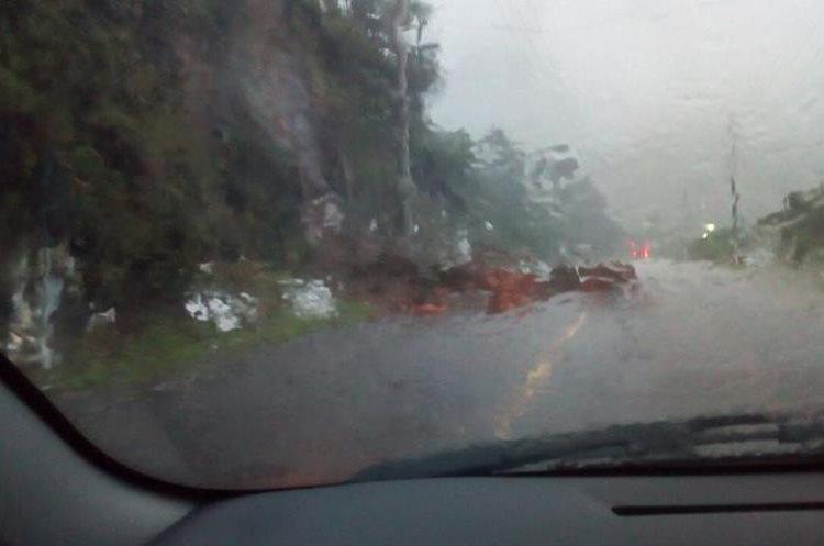 Se reportan varios derrumbes en varios puntos de la carretera entre Reu Y xela. (Foto Prensa Libre: Carlos Ventura)