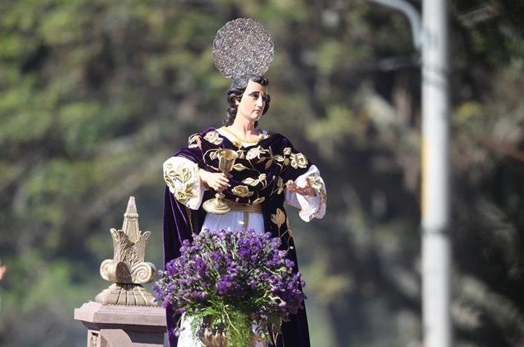 La imagen de San Juan es llevada por niños y adolescentes.