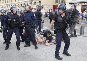 La policía de Marsella tuvo una intensa batalla contra los revoltosos. (Foto Prensa Libre: AP)