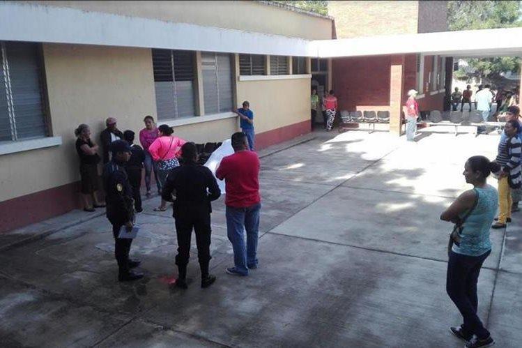 Curiosos observan el área donde quedó el cuerpo de la fallecida. (Foto Prensa Libre: Hugo Oliva)