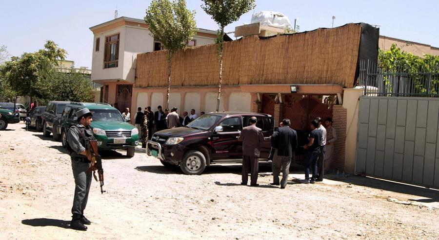 <em>Oficiales&nbsp; vigilan las oficinas de la Agencia Alemana de Cooperación Internacional, en Kabul, Afganistán, donde fue secuestrada la ciudadana alemana. (Foto Prensa Libre: EFE).</em>
