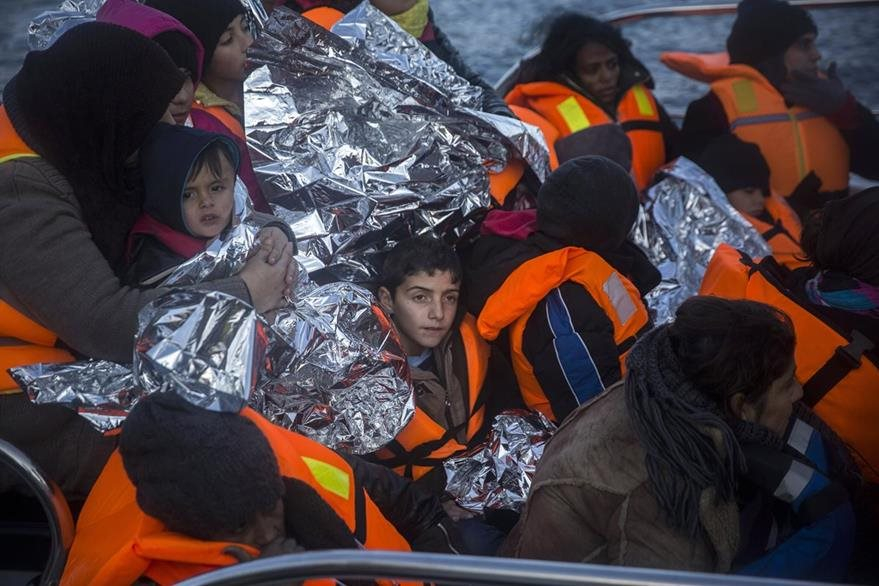 Familias que huyen de la guerra en países de Oriente Medio viajan hacinados en lanchas por el Mediterráneo. (AP)