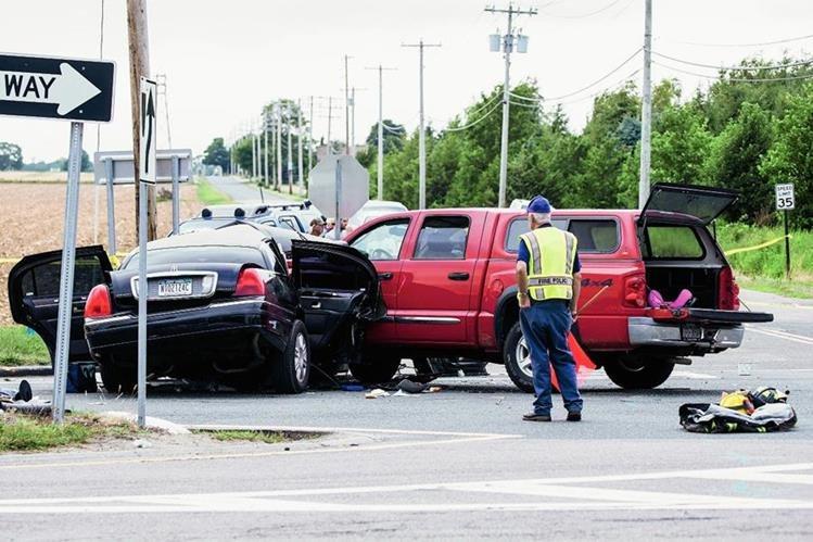 El conductor de la limusina trataba de hacer un giro en U en una intersección en la Ruta 48 en Cutchogue cuando la furgoneta embistió la limusina en un costado. (Foto Prensa Libre: AP).