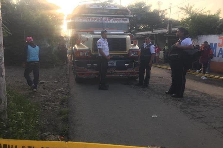La Policía resguarda la escena y protege la evidencia con la que el MP iniciará la investigación. (Foto Prensa Libre: CVB)