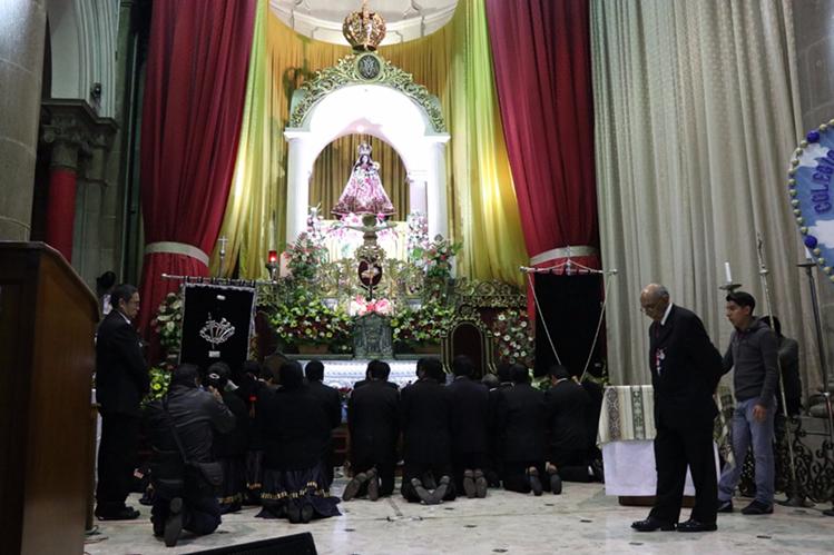 Fieles católicos se arrodillan frente a la Virgen del Rosario. (Foto Prensa Libre: María José Longo)