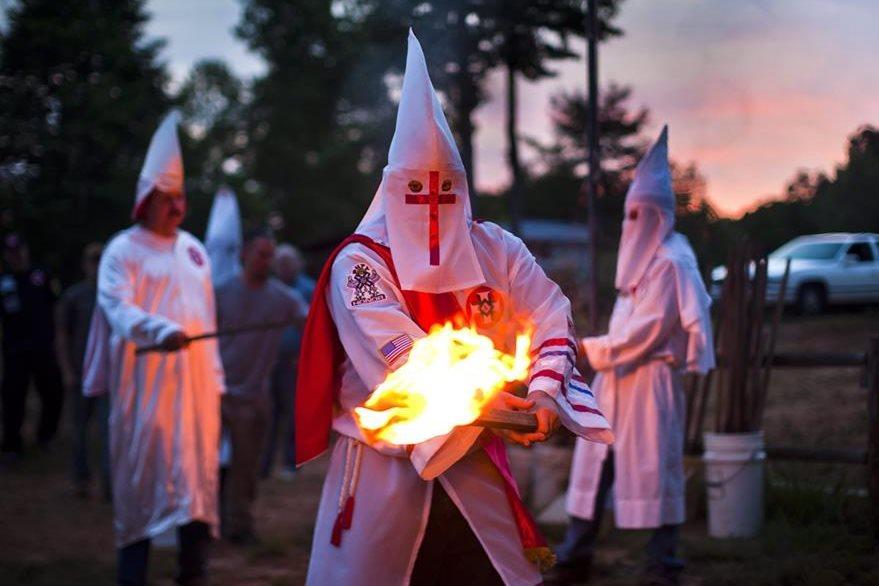 Un miembro de la orden de los Caballeros de la Brigada Rebelde del Ku Klux Klan (KKK) enciende una antorcha durante una ceremonia en 2011. (Foto:EFE)
