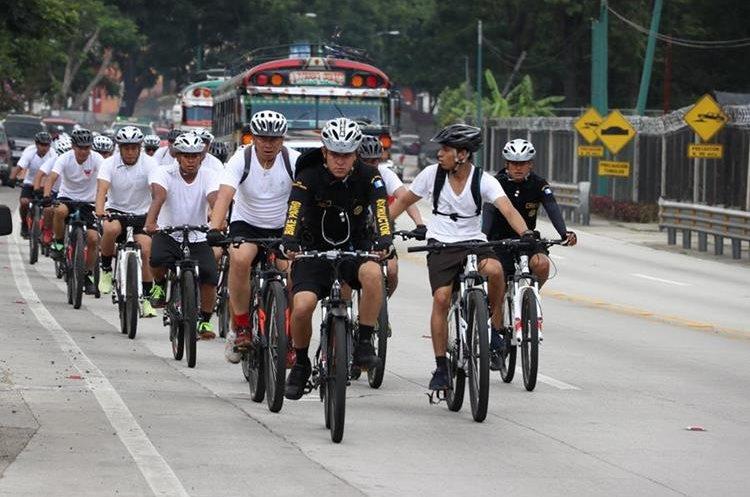 Los agentes participantes realizaron un recorrido de 52 kilómetros para medir la velocidad y resistencia. (Foto Prensa Libre: Renato Melgar)