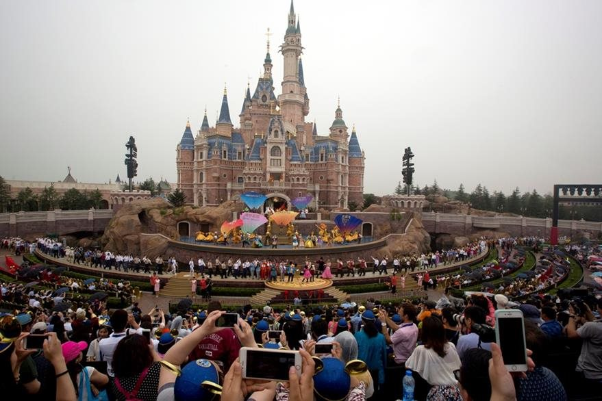 El característico castillo sobresale en el parque de distracciones. (Foto Prensa Libre: AP)