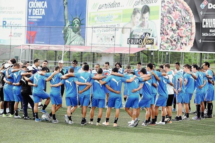 Jugadores de Comunicaciones se reunen en el centro de la cancha previo a iniciar el entrenamiento (Foto Prensa Libre:Francisco Sánchez)