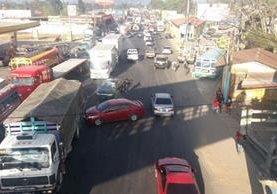 El bloqueo, organizado por importadores de vehículos, origina largas filas de vehículos en el ingreso y salida de Chimaltenango. (Foto Prensa Libre. Víctor Chamalé)