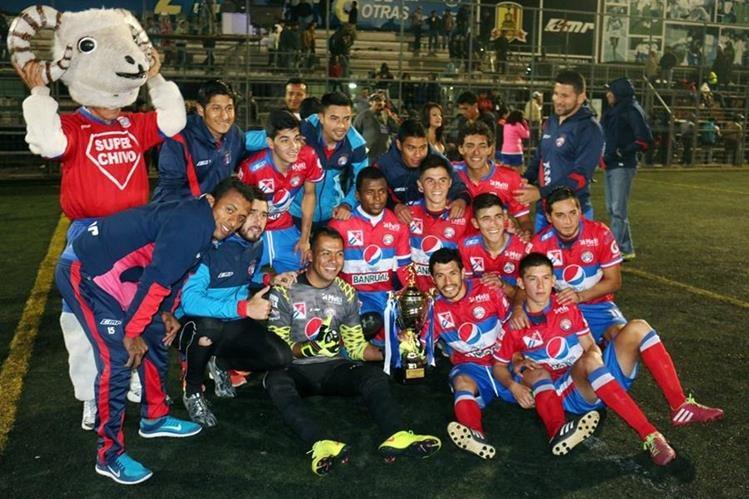Los jugadores de Xelajú posan con la Copa Interligas que ganaron en las canchas de Profutbol frente a Suchitepéquez. (Foto Prensa Libre: Carlos Ventura)