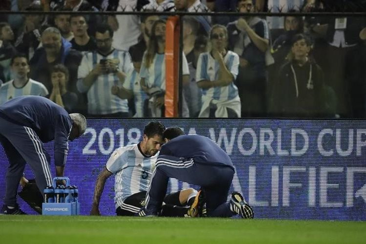 Fernando Gago es atendido por los médicos, en el juego entre Argentina y Perú. (Foto Prensa Libre: AP)