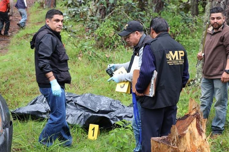 Peritos del MP resguardan el cadáver que fue localizado dentro de un costal en San Pedro Jocopilas, Quiché. (Foto Prensa Libre: Héctor Cordero)