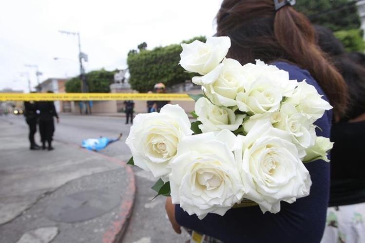 Fieles que asistían a la iglesia se sorprendieron por el hecho. (Foto Prensa Libre: Érick Ávila)