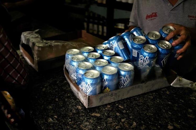 Cervecería Polar paralizó la producción de cerveza en su fábrica de Carabobo, debido a la escasez de materia primera. (Foto Prensa Libre: AP)