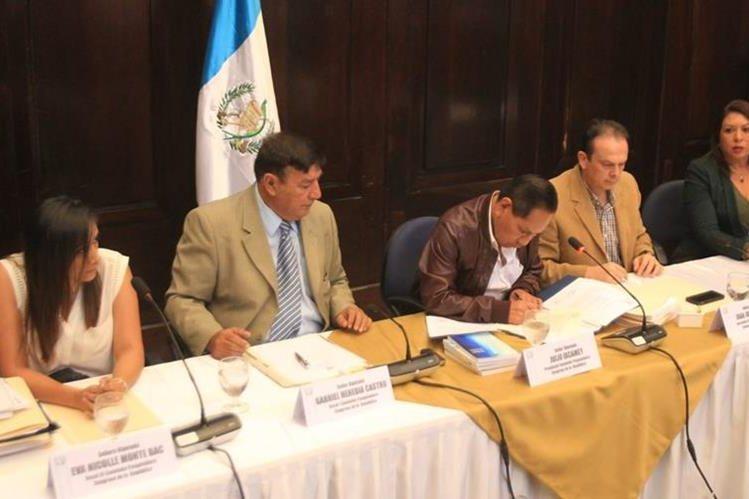 La comisión pesquisidora de Jimmy Morales, durante la última sesión de trabajo antes de entregar el informe. (Foto Prensa Libre: Hemeroteca PL)