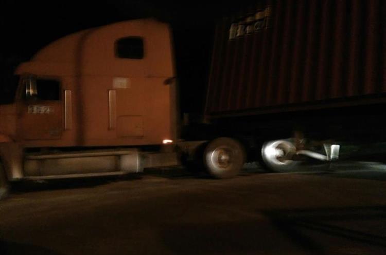 Tráiler averiado bloqueó paso en Sacatepéquez.