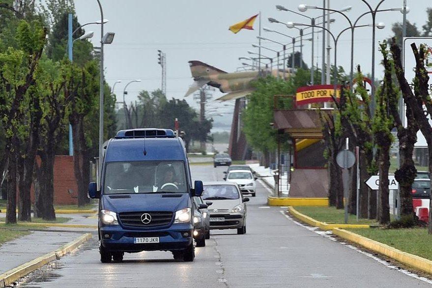 Los periodistas cuando abandonan la base militar Torreon a su retorno a España desde Turquía, país al que fueron llevados tras ser liberados en Siria. (Foto Prensa Libre: AFP).