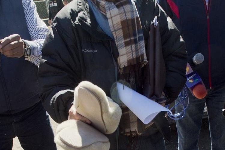 Abogado muestra objetos que pretendía ingresar a penal para Guzmán. (Foto Prensa Libre: AFP)
