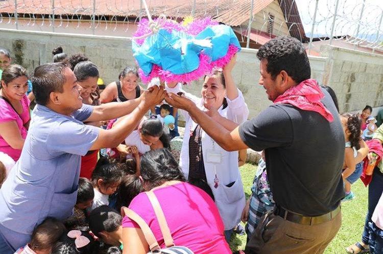 Los pacientes de la pediatría del IGSS de Puerto Barrios, disfrutan de la quiebra de piñatas. (Foto Prensa Libre: Dony Stewart)